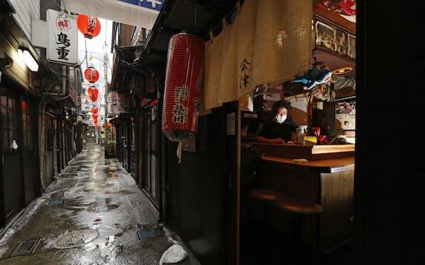 客同士の肩が触れ合うような小規模店が軒を連ねる、JR渋谷駅前の「渋谷のんべい横丁」。東京都への4度目の緊急事態宣言発令を受け、酒類を提供できない店の多くがシャッターを下ろすことになった。居酒屋「会津」店主の御厨浩一郎さん(56)は「今の政府は説明がない暗闇政治。進退窮まって五輪だけは開催しておきたいというのが見え隠れする」と嘆いた=11日