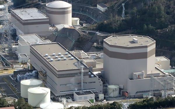 日本原子力発電の敦賀原子力発電所(手前が2号機、福井県敦賀市)