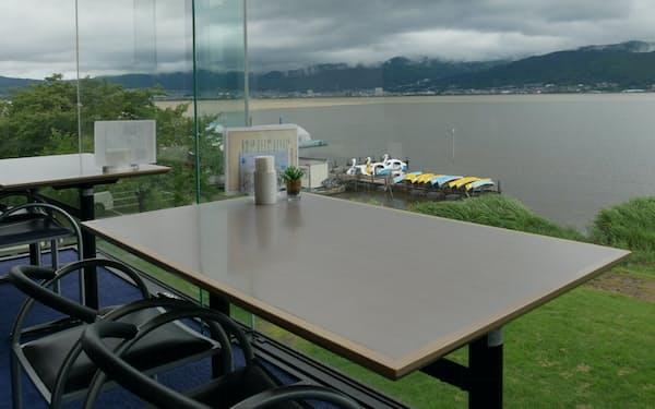 ティールームのテーブルで1日、仕事ができる(諏訪市原田泰治美術館)