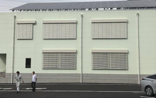屋根の太陽光パネル、窓の外付けブラインドなどで省エネを図る(山形市の日本環境科学)