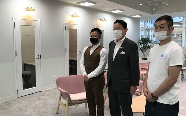 シェアオフィスを核にワーケーションの需要を取り込む(左からリクリーの高室直樹代表、東大阪市の野田義和市長、セカイホテルの矢野浩一代表)
