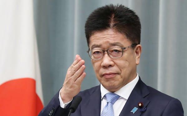 記者会見する加藤官房長官(8月10日、首相官邸)