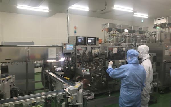 最大7種類のサプリメントを小袋に封入できる機械など最新鋭設備を備える