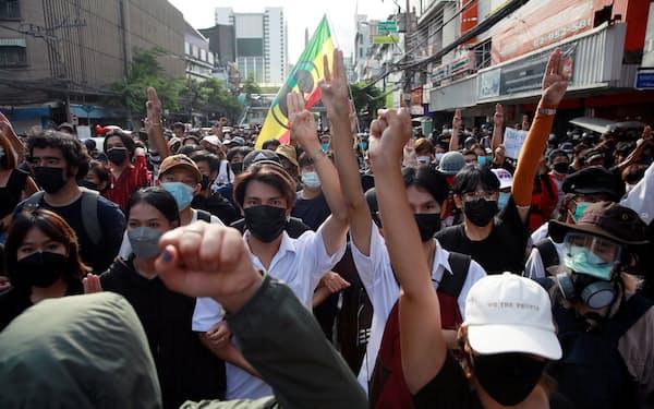 タイでは政府のコロナ対策に抗議するデモが頻発している(13日、バンコク)=ロイター