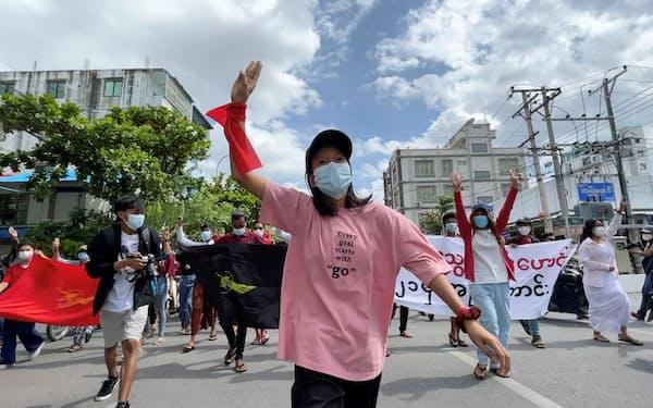 8日、ミャンマーの第2の都市マンダレーで抗議デモを行う人々=ロイター
