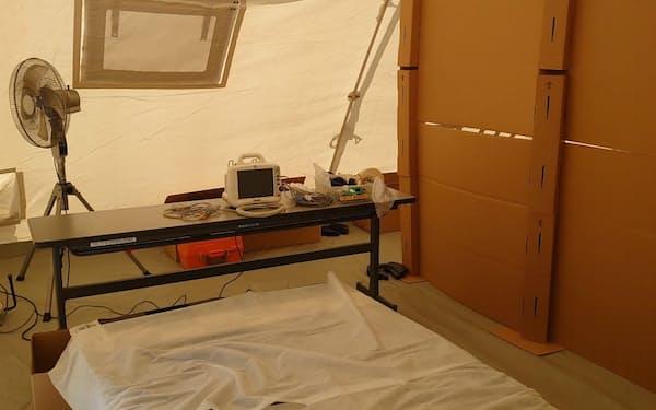 埼玉県戸田市が運用する入院待機拠点は簡易ベッドや酸素投与設備を備える