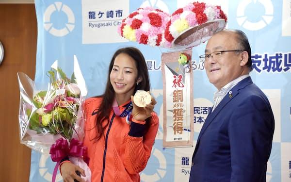 茨城県龍ケ崎市の中山一生市長(右)を表敬訪問したスポーツクライミング女子の野口啓代さん(18日、龍ケ崎市役所)=共同