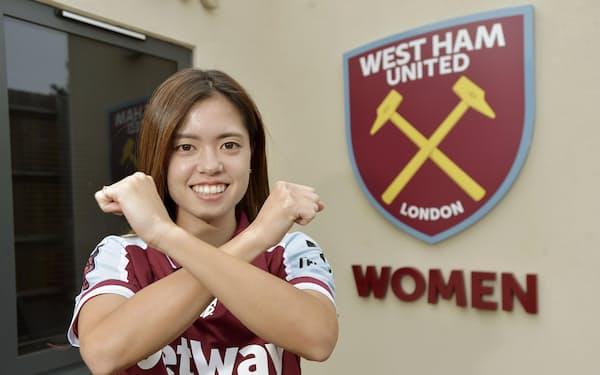 サッカーのイングランド女子スーパーリーグのウェストハムが獲得し、ポーズをとる長谷川(ロンドン)=West Ham United提供・共同