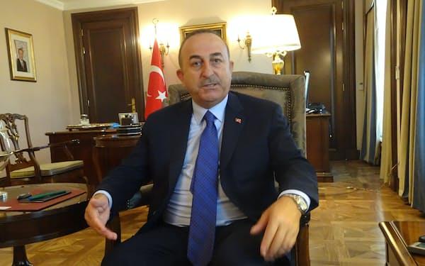 取材に応じるトルコのチャブシオール外相(18日、アンカラ)