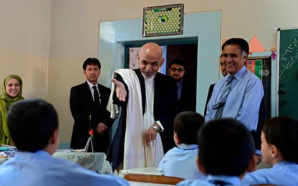 2014年9月、カブールにある学校を訪れたガニ氏=ロイタ