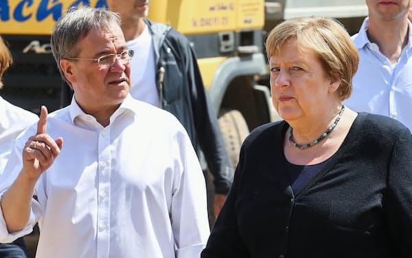 政界を引退するメルケル独首相と後継候補のラシェット氏=ロイター(7月)