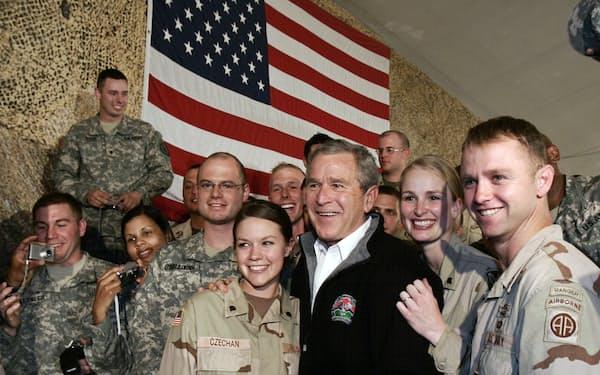 アフガニスタンの米軍施設を訪れたブッシュ元大統領(2006年)=ロイター