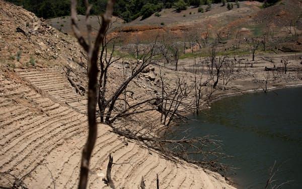 干ばつで水位が大きく下がった貯水池(6月、カリフォルニア州)=ロイター