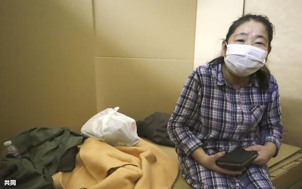 避難所の公民館に身を寄せる松江伊佐子さん(17日、佐賀県武雄市)=共同