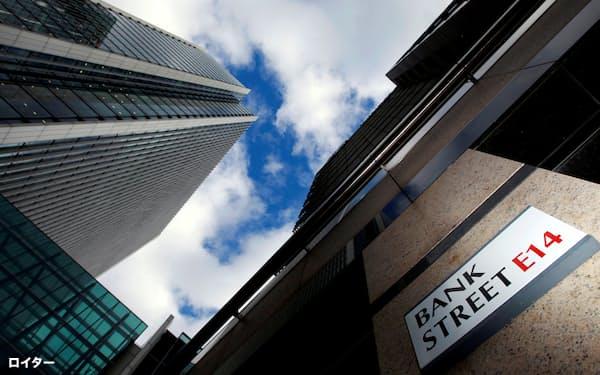 英国の大手行はコスト削減のため共同運営で店舗機能を維持する動きを進めている(ロンドンの金融街)=ロイター