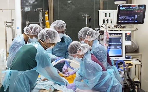 新型コロナウイルスの重症患者の治療に当たる医師ら(名古屋大病院提供)