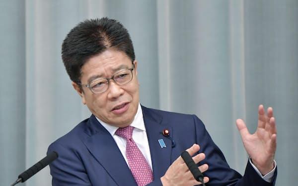 記者会見で質問に答える加藤官房長官(18日、首相官邸)=共同
