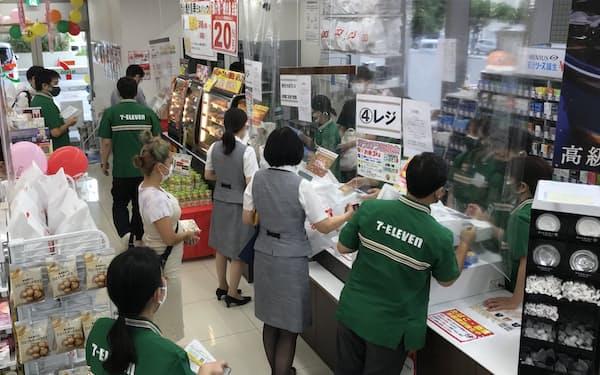 セブン―イレブン沖縄は初出店から2年で100店を達成(19日、那覇市内の店舗)