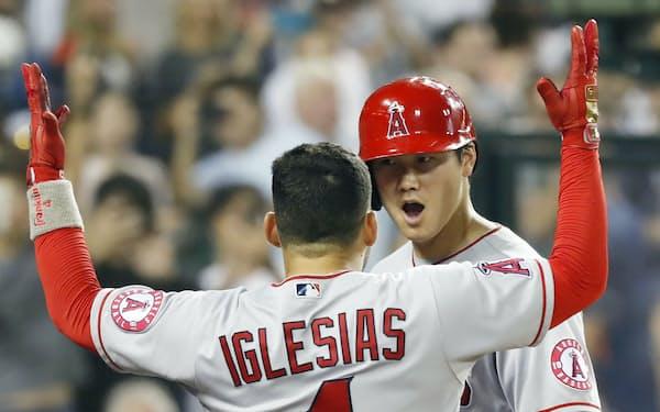 40号本塁打を放ち、J・イグレシアスに迎えられる大谷=共同