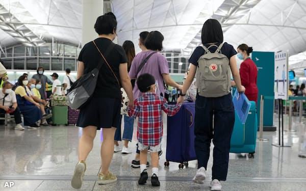 家族で海外移住を決める人も多い(7月、香港国際空港)=AP