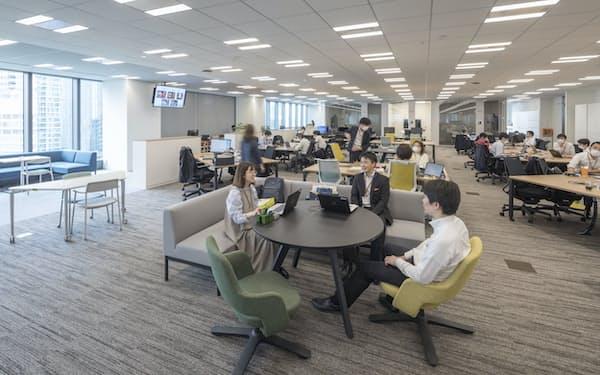 オフィススペースはフリーアドレス制で豊富な種類の座席をそろえた