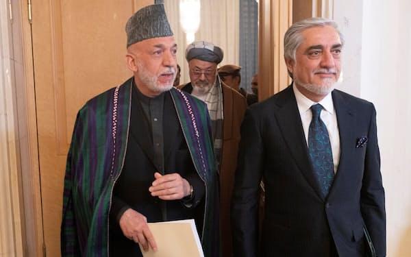 3月にロシアでの和平協議に参加したアフガン元政府のカルザイ元大統領(左)とアブドラ元国家和解高等評議会議長=ロイター