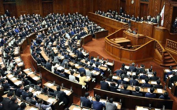 与党などの賛成多数で21年度予算案が可決された衆院本会議(2日)