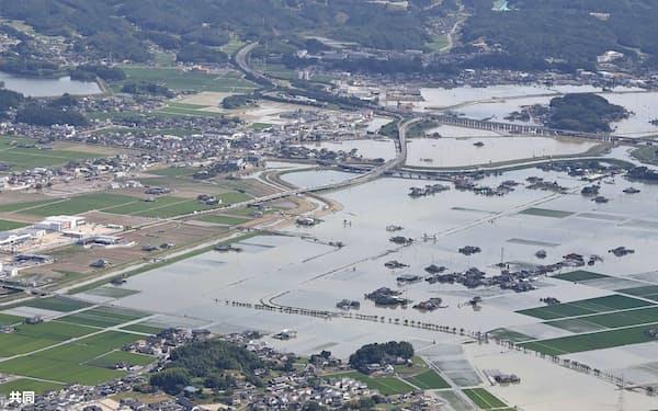 大雨の影響で一面が水に漬かった佐賀県武雄市(15日午前)=共同