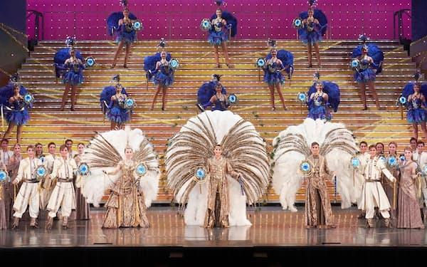 タカラジェンヌが歌い舞う宝塚歌劇団の舞台(C)宝塚歌劇団