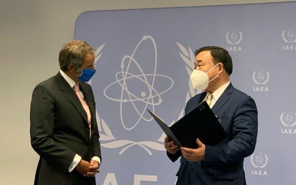 梶山経産相は19日、ウィーンでIAEAのグロッシ事務局長と会談した=経産省提供