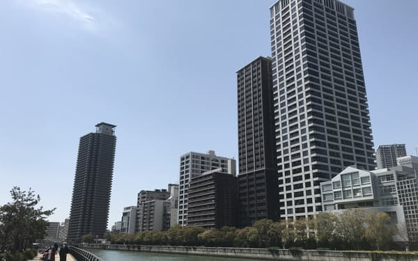 大阪市内では川沿いにタワーマンションが並ぶ(大阪・中之島)