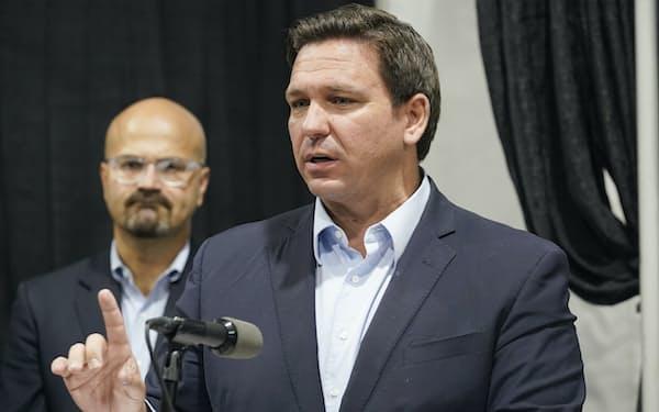 学校でのマスク着用義務化に反対するフロリダ州のデサンティス知事=AP