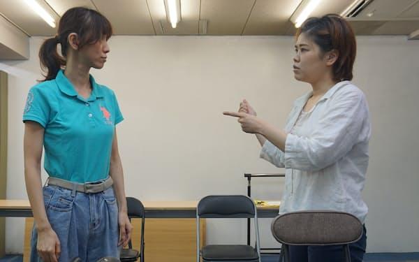 ろう者の役を共にろう者の俳優、中村ひとみ㊧と山口文子が演じる