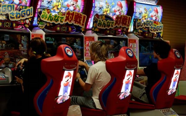 東京都内のゲームセンター。ゲームセンターの数は減少傾向が続いている=ロイター