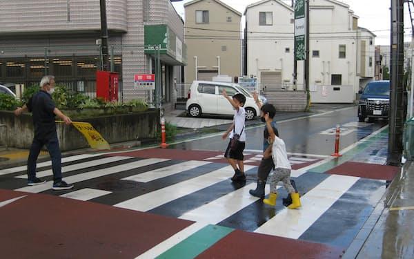 隆起した「ハンプ」の上に横断歩道があり、児童が渡るときは多くの車が止まる(横浜市緑区)