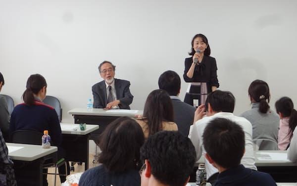 親子コミュニケーションラボの天野ひかり代表㊨と東京大の汐見稔幸名誉教授㊧