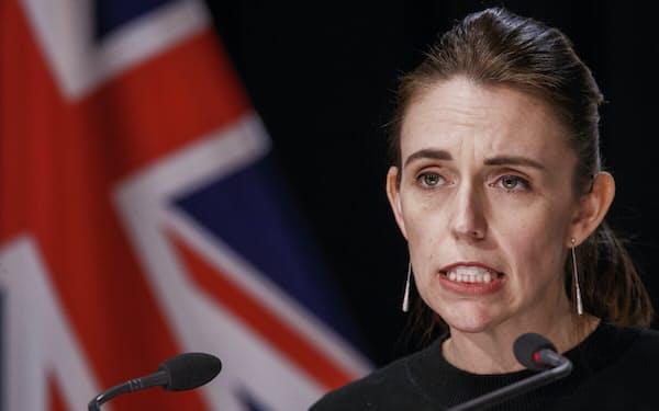NZのアーダーン首相は外出規制の延長を決めた=AP