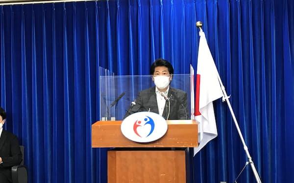 記者会見する田村厚労相