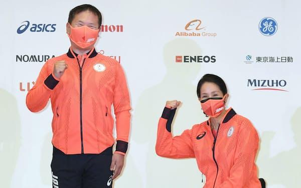 記者会見しポーズをとる東京パラリンピック日本選手団の河合純一団長(左)とマセソン美季副団長(20日、東京都内)=代表撮影・共同