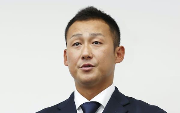 巨人の球団事務所で記者会見する中田翔(20日午前、東京・大手町)=共同