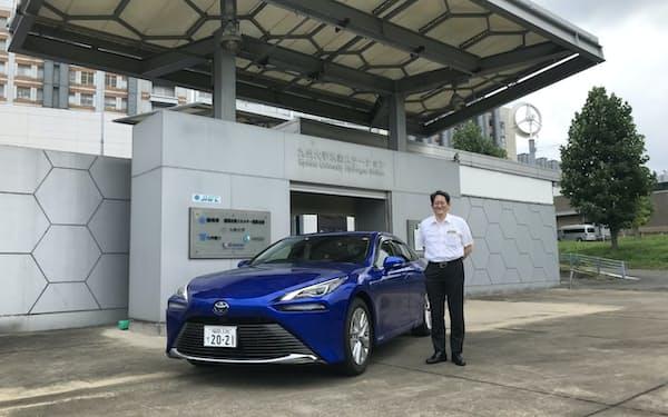 佐々木副学長は「学内に水素ステーションを持つことも研究に大きく寄与している」と話す(福岡市)
