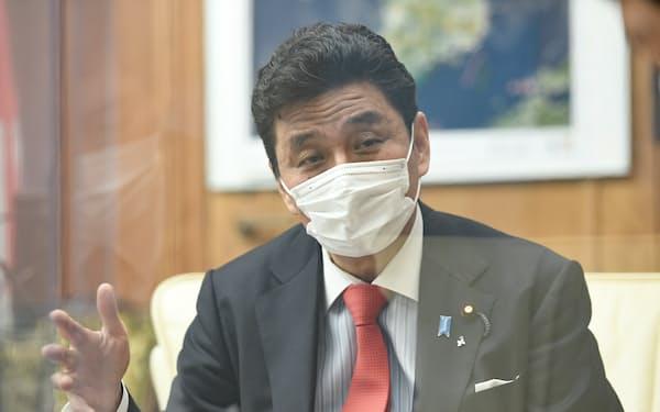 インタビューに答える岸信夫防衛相(19日、防衛省)