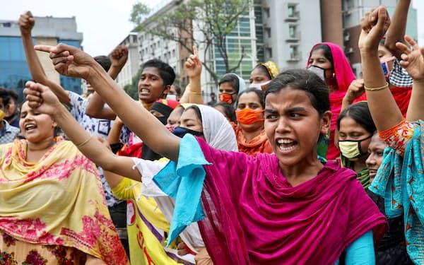 コロナ感染拡大のなかで権利保護を求める衣料品工場の労働者(バングラデシュ・ダッカ)=ロイター