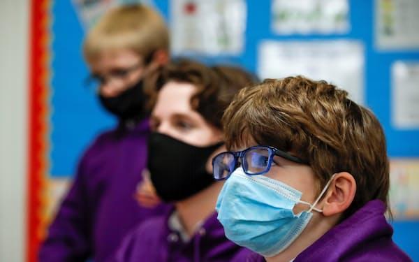 感染拡大を防ぐため、学校内でのマスク着用義務化や社会的距離確保が講じられる(3月、英国の学校)=ロイター