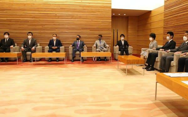 閣議に臨む菅内閣の閣僚(20日午前、首相官邸)