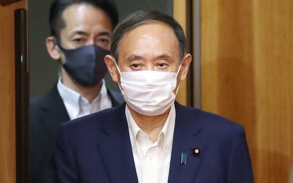 閣議に臨む菅首相(20日午前、首相官邸)