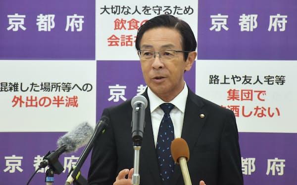 記者会見する西脇隆俊知事(20日、京都市)