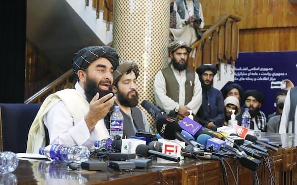 タリバンは「イスラム法の範囲内で」女性の権利を尊重すると主張する(17日、カブールで開かれた記者会見)=共同