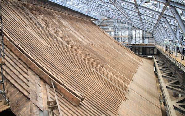 根本中堂の屋根のふきかえ。覆っていた銅板を外し、下地の木材の修理が進む