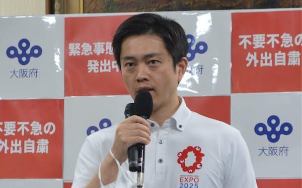 記者団の取材に応じる吉村知事(20日、大阪府庁)